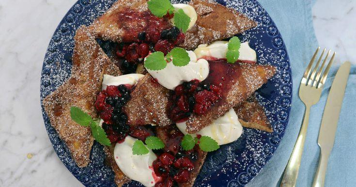Fattiga riddare gjorda på brioche - få saker smakar bättre än så! Servera med hemgjord bärkompott, lönnsirap, vispgrädde och vaniljglass.