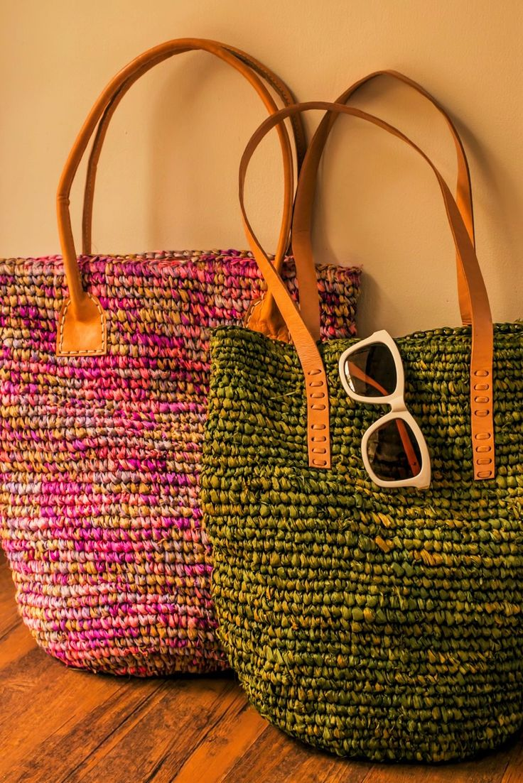 Green and pink colored hand-made tote bags with leather stripes. Various colors and designs available. Orders at adri@sawo-design.com.