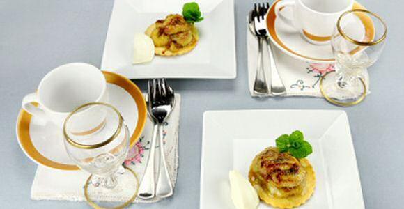 Lekker recept om kleine bananentaartjes te maken met kruimeldeeg, gevuld met een lekkere toffee taartvulling met bananenschijfjes, kaneelpoeder en zeste van sinaasappel.