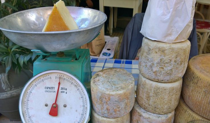 The week before Easter Psyrri area at the centre of Athens hosts the Lamb & Cheese street market where farmers and shepherds from Naxos island set up stalls with their own products.