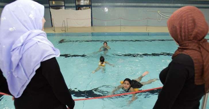 Schwimmunterricht verweigert - Integration gescheitert. Schweiz verweigert deshalb Einbürgerung. Schulpflicht geht vor Verhüllungswahn?