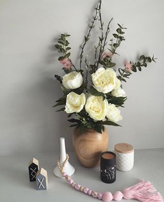 Our timber vase, stems & oil burner styled to perfection by @kylieloe 👌🏻 #dcbdesigns #shoplocal #styling #flowers #stems #timber #oilburner #stems #homewares