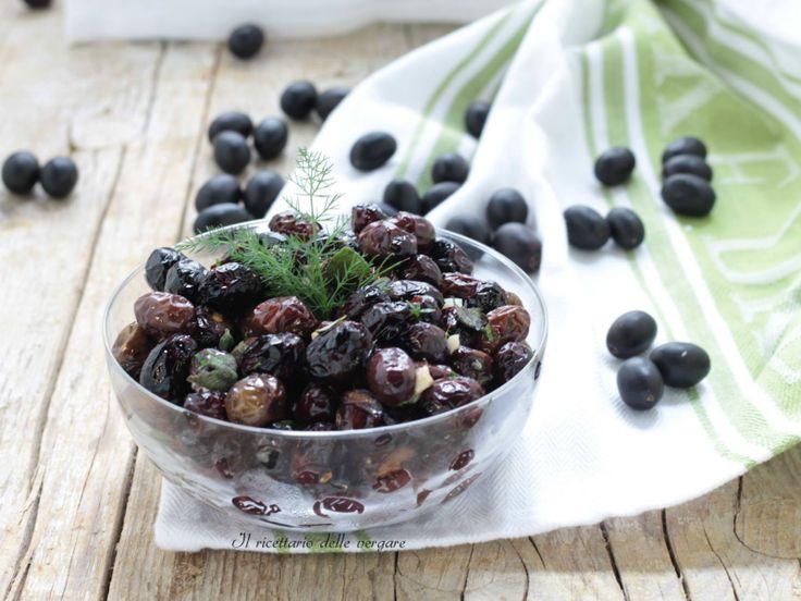 Le olive nere cotte nel forno si preparano esclusivamente con le olive fresche appena raccolte. Condite con vari odori sono verametne gustose .