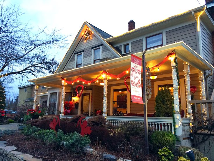 Oak Street Hotel in twilight over the Valentine's Day Holiday. #hotel #decor #porch #historic #home #hood #river #oregon