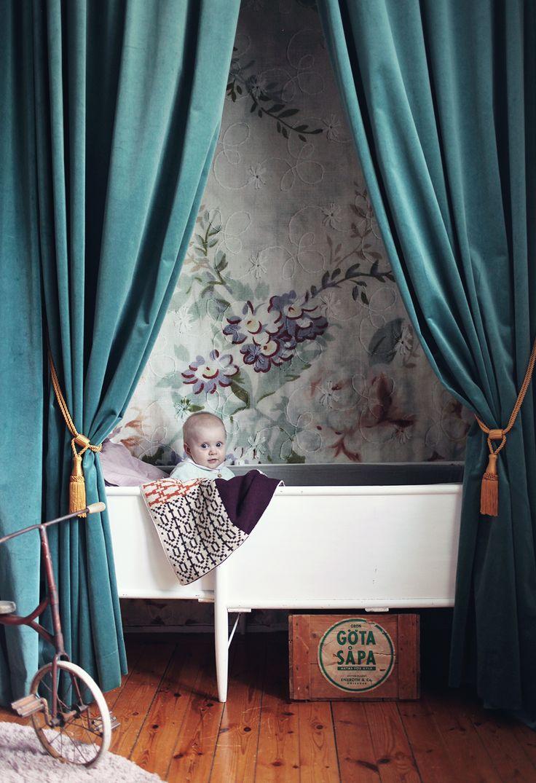 barnrum inredning draperier barn inspiration sammetsgardiner draperier pläd tapet säng