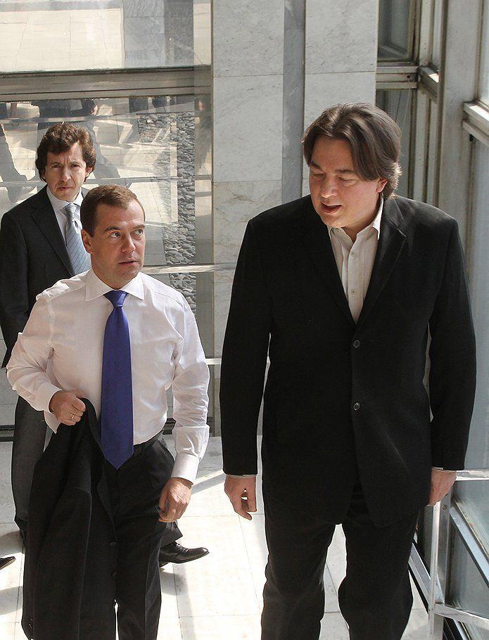 """Дмитрий Медведев приехал в телецентр """"Останкино"""", чтобы рассказать о том, что он сделал за четыре года в Кремле, и намекнуть на то, что собирается сделать в Белом доме"""