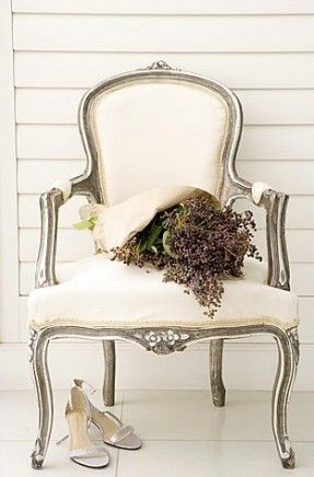 Oh, this pale beige Queen Anne chair!