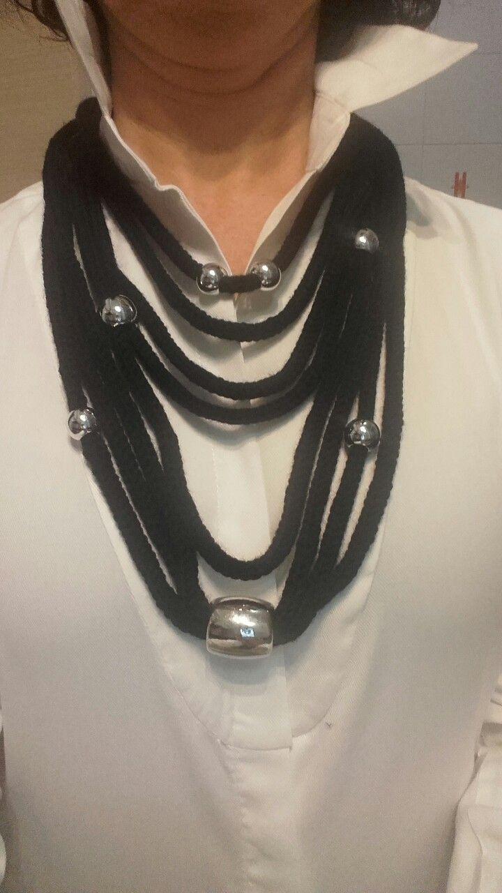 Collana in lana e perline in metallo