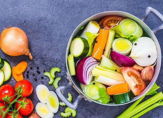 Einfach eine fette Schüssel Gemüsesuppe kochen und schon muss man nix mehr wegwerfen! Denn diese Gemüsesuppe ist die perfekte Resteverwertung...
