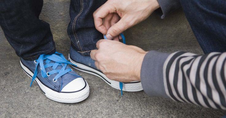 Cómo pintar tus zapatillas de lona. Las Converse son unas zapatillas de moda que deben tener chicos y chicas de todas las edades. También llamados Chuck Taylors o Chucks, estas zapatillas de lona con estilo son cómodas de usar y van con cualquier vestimenta. Las zapatillas duraderas pueden transformarse al añadirles pintura. Existen algunas cosas a tener en cuenta si quieres dejar ...