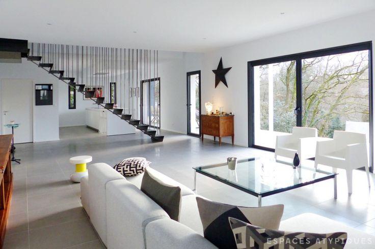 Lyon maison contemporaine toit plat escalier for Maison et reflet lyon