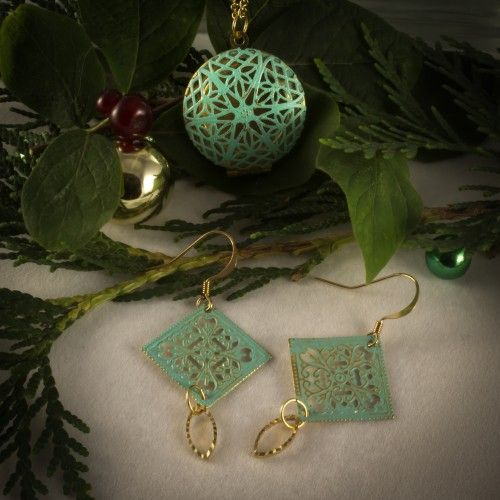 Christmas gift ideas. 614942NG Filigree Locket on a 24″ inch gold chain. 614923EG Filigree drop earrings with gold diamond cut charms.
