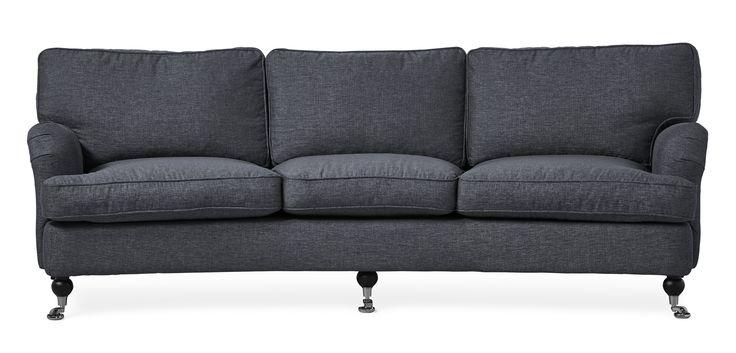 Watford är en svängd 3-sits soffa i komfort delux med fjäderblandning i sitsen och ryggen. Det är en klassisk howardsoffa med mjuka rundade former och skön sittkomfort. Watford går att få i många olika tyger och färger och med olika typer av ben. Med komfort delux får du en extra lyxig känsla när du sätter dig ned. Köp gärna till en fotpall, nackkudde eller fåtölj i samma serie.