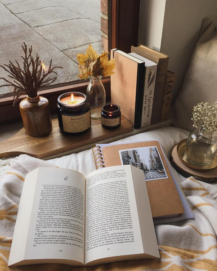 Reading by the candlelight // Hygge Style