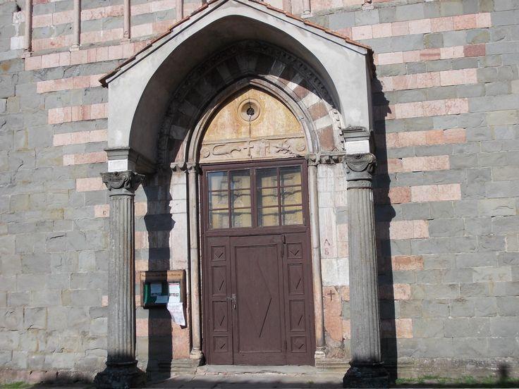 Porta della chiesa di S.Michele - Castiglione Garfagnana