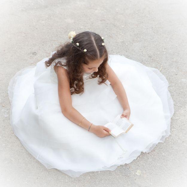 Preciosa niña vestida de comunión