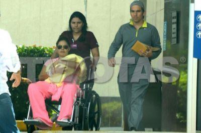 Foto de Galilea Montijo saliendo del hospital con su bebé.