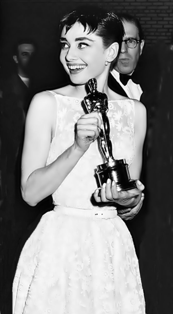 "Audrey Hepburn wins Best Actress Oscar for ""Roman Holiday"" on March 25, 1954 at the NBC Century Theater in New York (the Oscar ceremony that year was a bicoastal affair - in both Los Angeles and New York). Tempo da Delicadeza"