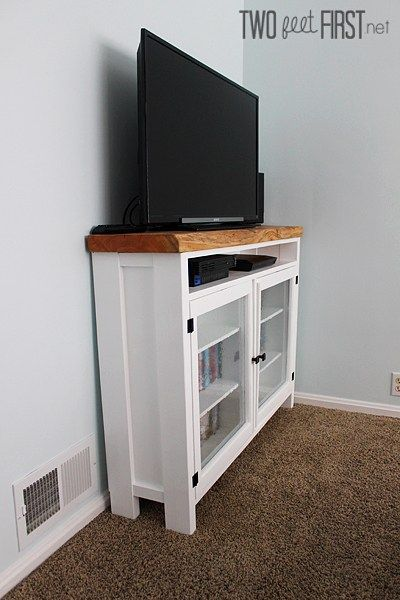 TwoFeetFirst – DIY TV Stand