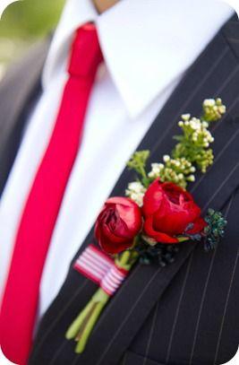 Rode stropdas en boutonniere met rode bloemen voor de Valentijn bruidegom