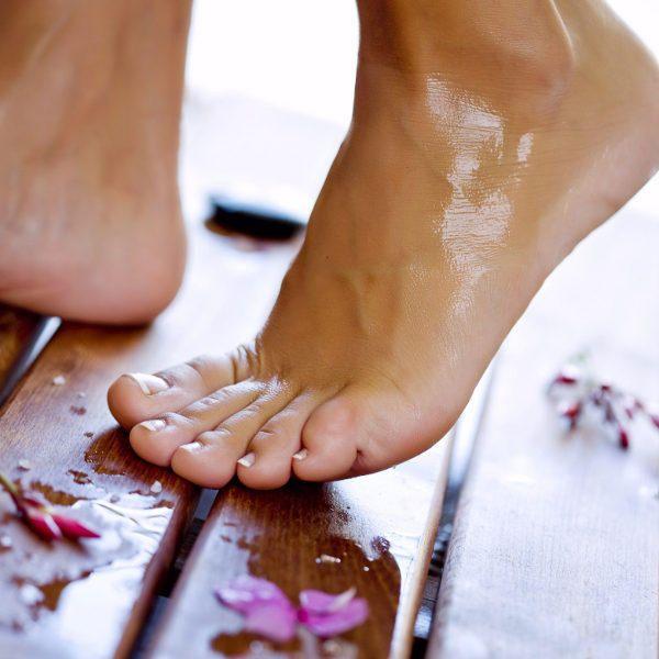 Schmerzende Beine? Angeschwollene Füße? Wir zeigen Ihnen schnelle Tipps und einfache Massagen für hübsche Beine & Füße!