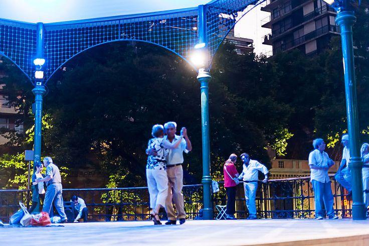 Sotto il padiglione delle Barrancas de Belgrano non si trovano gli invasori alieni de L'Eternauta, ma coppie di varie età impegnate nel tango!  Under the pavillion at Barrancas de Belgrano there are no alien invaders from The Eternaut, but couples of varying ages engaged in tango dancing!