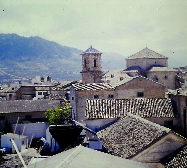 Vista de la Iglesia de la Asunción de Jódar una vez restaurada y del molino de aceite de Los Curillas (desaparecido). Mediados de los 90 del s. XIX. Foto: Juan Carlos Gómez Vargas.