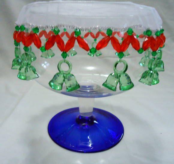 """ATENÇÃO: PAGAMENTO SOMENTE POR DEPÓSITO BANCÁRIO PARA ESTE PRODUTO!   Forrinho cobre-jarra, também conhecido como """"princesa"""" em organza com motivo Natal, em acrílico verde e vermelho com sininhos verdes.  Perfeito para cobrir jarras de suco, chás e deixar a mesa do café/almoço ainda mais cha..."""