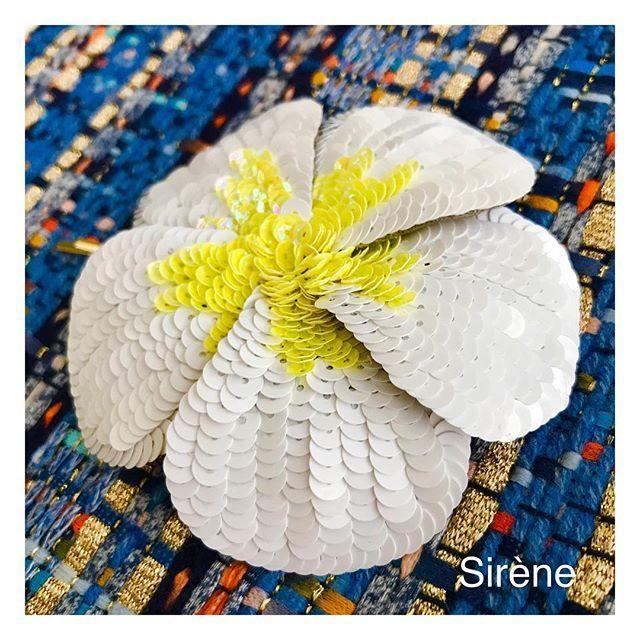 夏らしくプルメリアのヘアピンを作ってみました  .  得意のワイヤーを入れたので花びらの角度は自由に✨  .  #夏アクセ  #ヘアアクセ  #ヘアアレンジ  #プルメリア  #オートクチュール刺繍  #オートクチュール刺繍教室  #リュネビル刺繍  #ビーズ刺繍  #フラワーモチーフ  #刺繍部  #刺繍アクセサリー  #handmade  #luneville  #lunevilleembroidery  #embroidery  #embroiderywork  #embroiderybeads  #embroiderydesign  #embroiderylove  #broderie  #刺绣  #вышивка  #Бисер  #искусство  #ремесленный  #одежда  #мода  #オートクチュール刺繍教室Sirene  #オートクチュール刺繍教室シレーヌ
