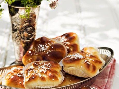Härliga bullar med söta blåbär och len vaniljkräm. Blåbärsbullar är en smarrig variant till blåbärskaka och blåbärspaj.