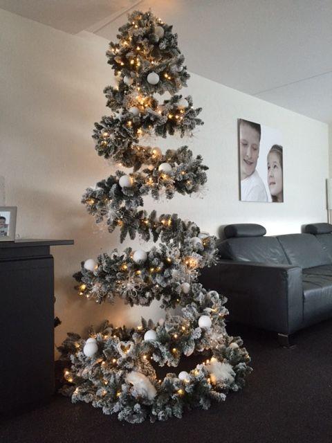 De 1e foto inzending 2015 van èèn van onze klanten, hierop is te zien hoe ze de Kerst Spiraal van www.tuinfee.nl om toverden tot deze beauty... Voor deze boom was alleen de spiral nodig ..geen voet geen buis..dus de kosten waren 32,50€ (ex verzendkosten 8,00 € )