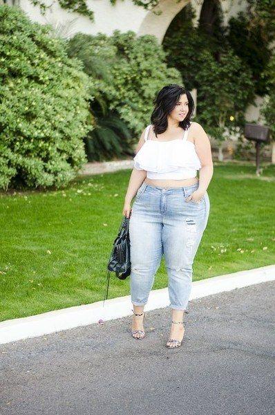 """Este look é o que eu chamo de """"quebra padrões"""" onde uma gordinha mostra que não é somente magrinhas que podem usar e ousar de cropeds e um jeans bem colado. Amei o look e certamente irei copiar ou adaptar com o que tenho no meu guarda-roupa."""