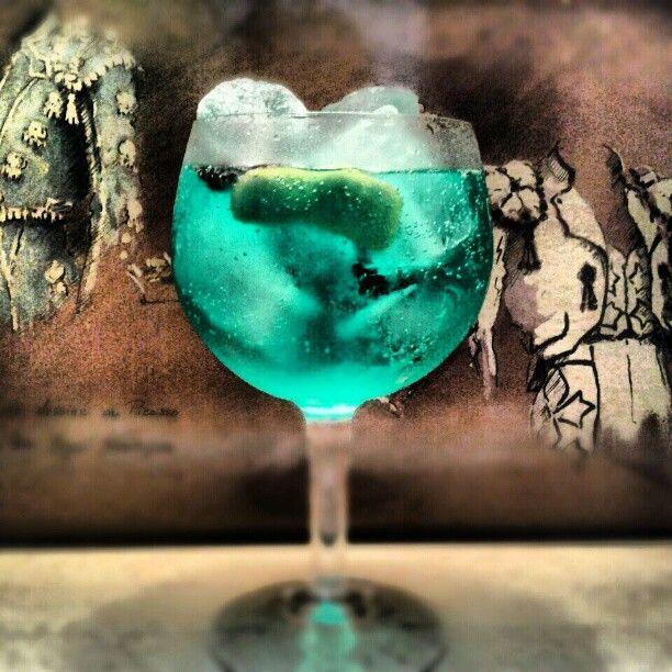 Gin-tónic de ginebra Xoriguer con cardamomo, piel de limón y anís estrellado. Lleva colorante para simular el agua de las playas de Menorca.