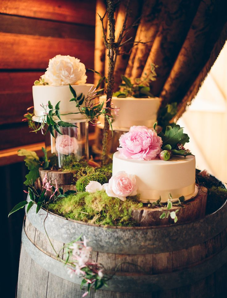 Rustic cake display | Photography by Pierre Curry