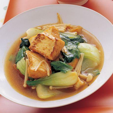 ピリッと辛みをきかせて「厚揚げとチンゲンサイのうま煮」のレシピです。プロの料理家・藤野嘉子さんによる、厚揚げ、チンゲンサイ、えのきたけなどを使った、168Kcalの料理レシピです。