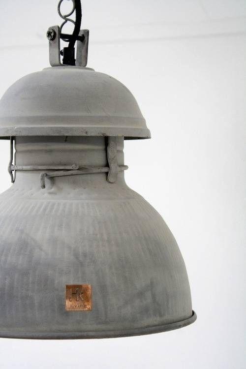 Stoere, handige, ophangbare industriële lamp bolvorm van HK living! Verkrijgbaar in meerdere afmetingen en kleuren.
