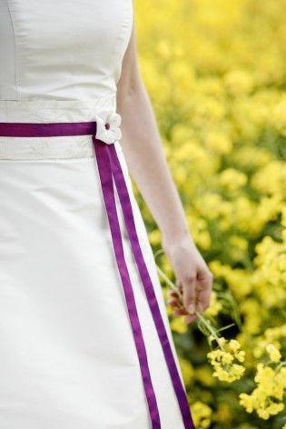noni 2013 brautkleid aus wildseide mit besticktem gürtel und lila band, dazu passender kanzashi als schmuck (www.noni-mode.de - Foto: Hanna Witte)