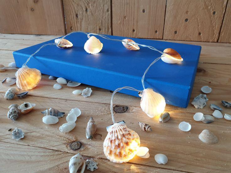 Hol dir das Strandfeeling in die eigenen vier Wände. Die Lichterkette ist ganz einfach nachzubasteln und eignet sich, je nach verwendetem Lichterkettenmodell, sowohl für dein Aussen- als auch für den Innenbereich. Eine super Idee, die gesammelten Muscheln in Szene zu setzen.