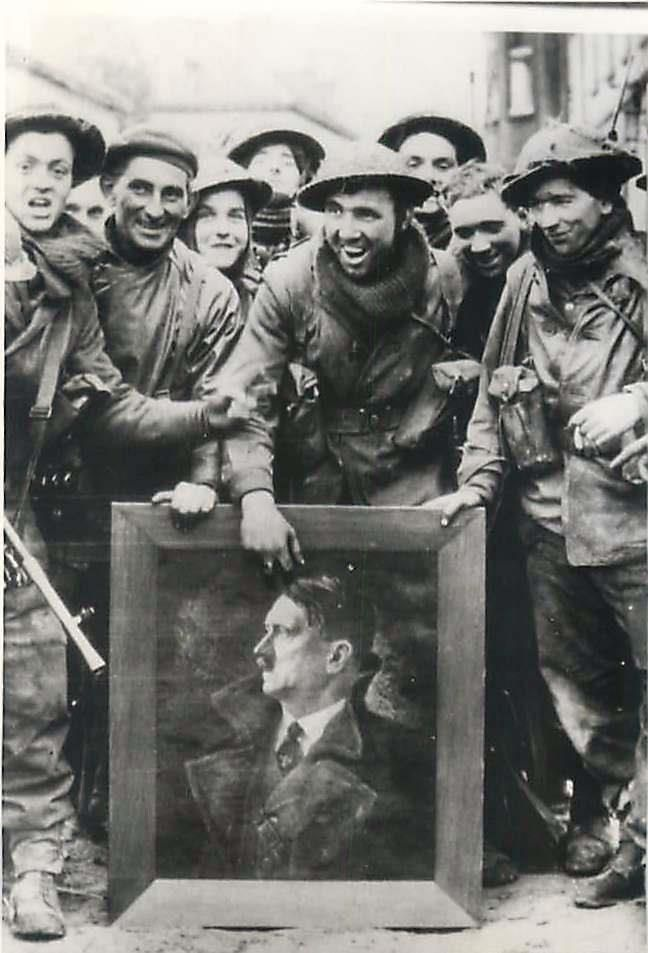 Description Original Press Photo 1945- British soldiers with a captured oil painting of Adolf Hitler in Kleve, Germany.