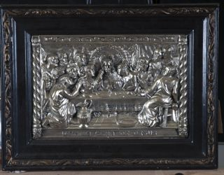 ART THE LAST SUPPER TITLED IN SPANISH ULTIMA CENA DE JESUS, MADE OF METAL WITH WOOD FRAME. MEASURES 22 IN. X 17 IN.