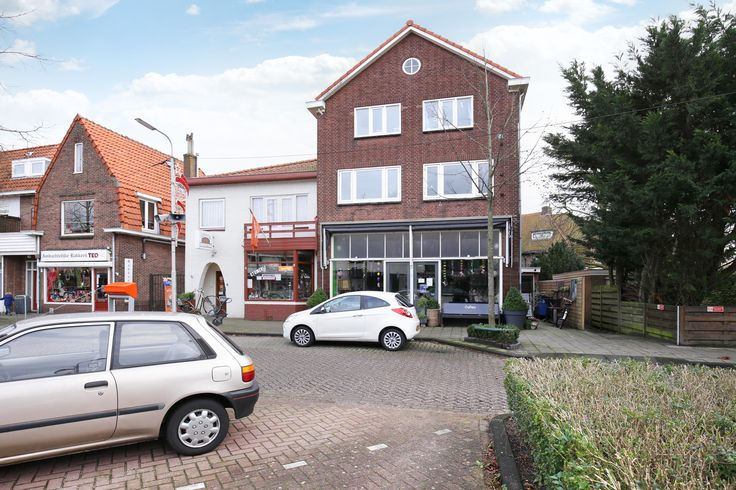 In de populaire en zeer vriendelijke winkelstraat Jan van Goyenstraat in #Heemstede gelegen royaal hoek winkel/ woonhuis met grote zonnige tuin op het zuiden. De winkel, thans in gebruik als lunchroom op de parterre is totaal groot ca. 100m² inclusief uitgebouwde bijkeuken. Bij de winkel hoort ook een kelder met stahoogte. Achter in de winkel bevindt zich de opgang naar de bovenwoning en de toegang tot de tuin. http://www.vanwonderen.nl/objecten/jan-van-goyenstraat-2-heemstede #HuisTeKoop