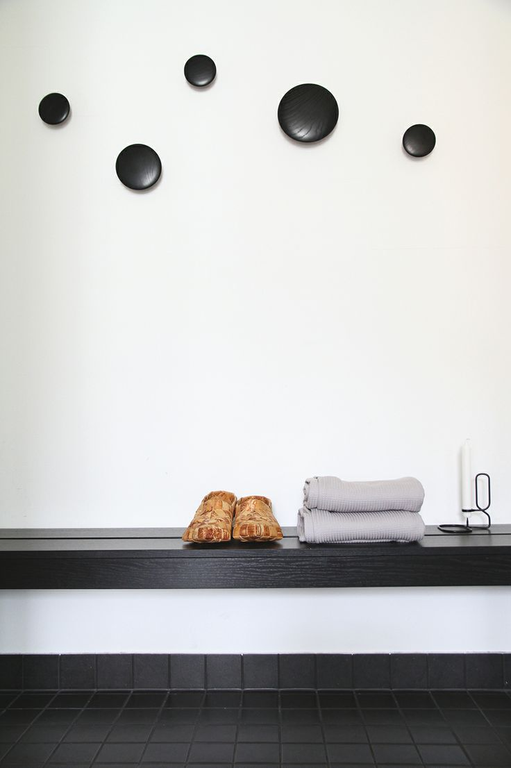hunajaista dotts alla design sisustusblogi kaalei musta hay ikea penkki pukuhuone dressingroom naulakko