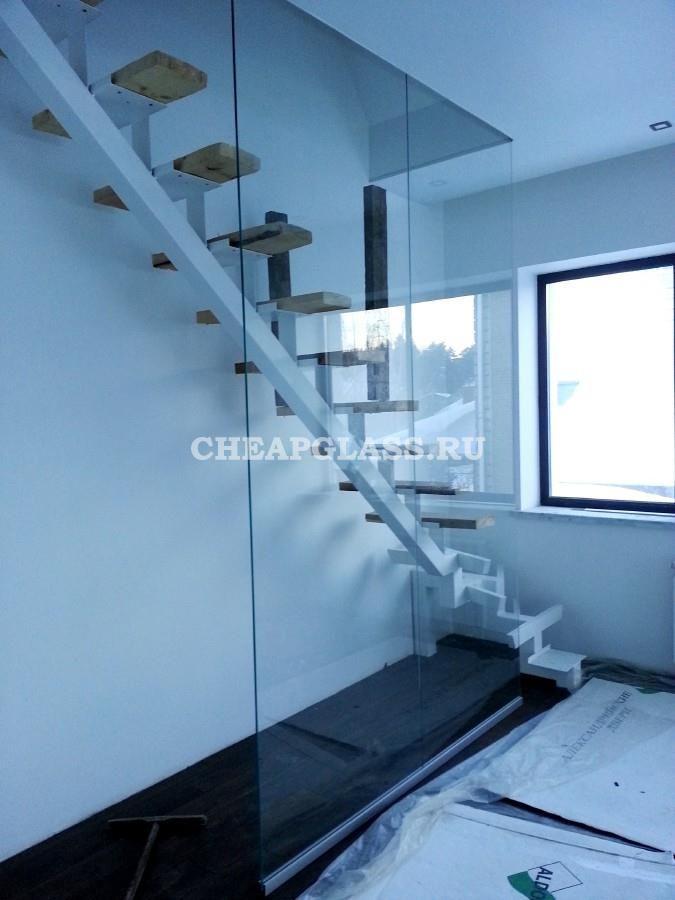 Лестничное ограждение из прозрачного стекла. Glass partitions on stairs.
