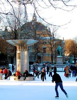 La patinoire Spikersuppa Spikersuppa se trouve en plein centre, à côté de la rue Karl Johans gate. Une patinoire y est ouverte de décembre à mars.