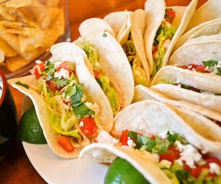 Shrimp Tacos【シュリンプ タコス】サラダ感覚で美味しいメキシカン! by Little Darlingさん / メキシカンの定番 タコスをライトにサラダ感覚で楽しめるシュリンプタコス。チーズはフェタチーズを使い、特に女性に人気のシーフードタコスです。見た目も美しくフェスティブ~♪ ブランチやスパークリングワインを楽しむ女子会にもおすすめです。サルサではなく、ガーリックマヨネーズを使うのも こだわりポイント! / ナディア