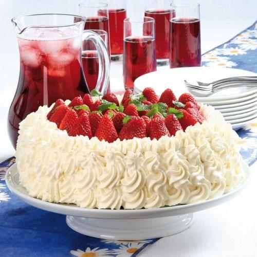 Gräddtårta med färska jordgubbar och vaniljkräm är en av sommarens höjdpunkter. Lägger man dessutom mosade jordgubbar mellan två av bottnarna blir tårtan ännu godare.