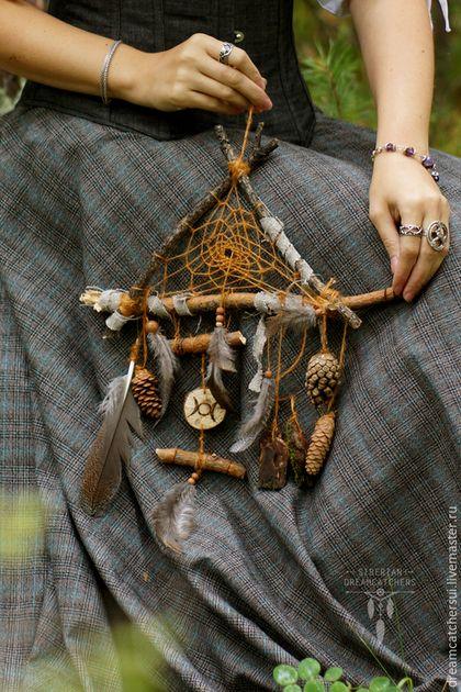Купить или заказать Ловец снов'Лесная ведьма' в интернет-магазине на Ярмарке Мастеров. По своей форме этот ловец очень далек от канонов, это больше антуражная вещь. За основу взяты: сосновая кора, покрытая мхом, шишки, сосновые срезы, перья глухаря, можжевеловые бусины.