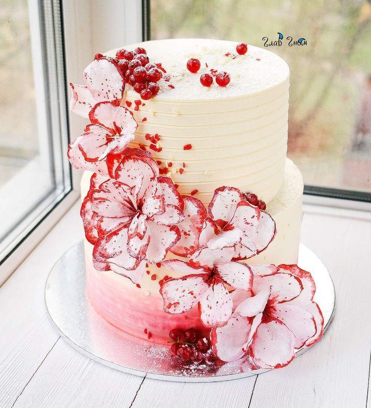 Торт на помолвку в бежево-красной гамме. Нижний ярус - классический красный бархат с ванильным кремом, верхний- карамельный медовик. Торт покрыт крем-чизом и украшен вафельными цветами.  Автор instagram.com/glavgnom