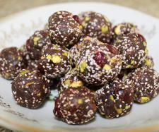 Recipe Raw Chocolate, Chia, Cranberry & Pistachio Energy Balls by amythermomix - Recipe of category Desserts & sweets