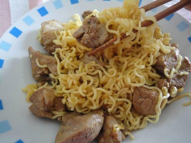 Wok de cerdo y fideos chinos